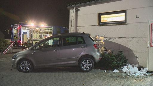 Ein Auto hat eine Wand gerammt.