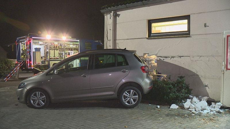 Frau Durchbricht Mit Auto Wand Eines Getrankemarkts Buten Un Binnen