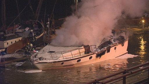 Rauchwolken steigen von einem Boot im Europahafen auf.