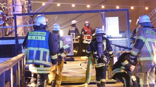 Feuerwehrleute auf der Seute Deern Bremerhaven