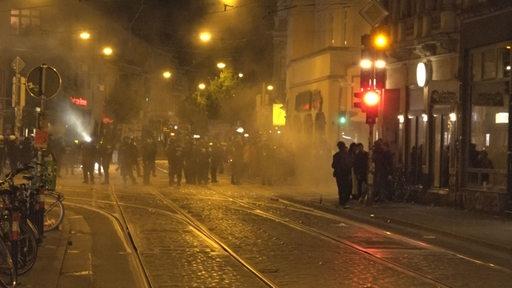 Menschen stehen nachts an der Sielwallkreuzung in Bremen. | Nonstopnews/