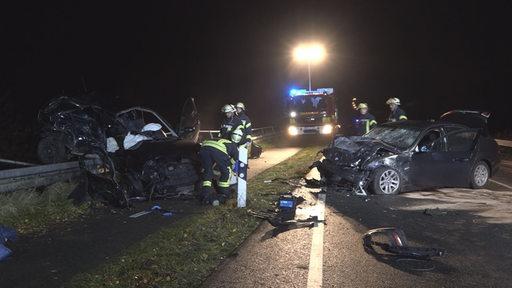 Feuerwerhrleute bei zwei zerstörten Autos
