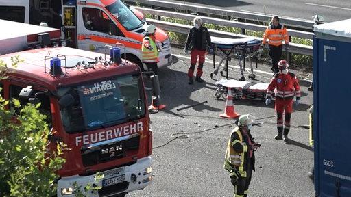 Einsatzkräfte nach einem Unfall auf der A1