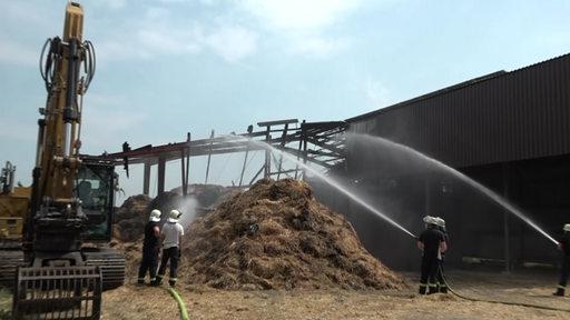 Feuerwehrmänner löschen eine Scheune   Nonstopnews/