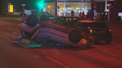 In der Neuenlanderstraße hat sich ein Auto überschlagen.