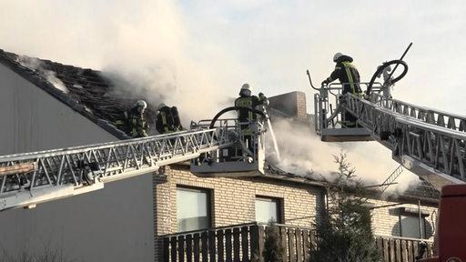 Ein Dachstuhl brannte in Bremen-Huchting aus. Das Haus ist jetzt unbewohnbar.