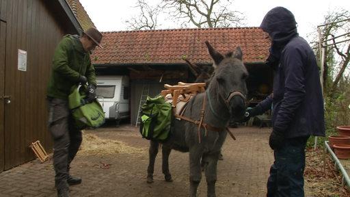 Erzieher Olaf Seebode zusammen mit Lukasz vor einer Wanderung mit einem Esel