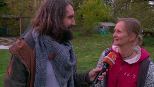 Reporter Freddy Radeke im Interview mit Frauke Timm.