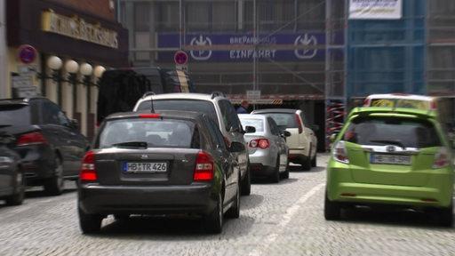 Eine Autoschlange vor einem Bremer Parkhaus