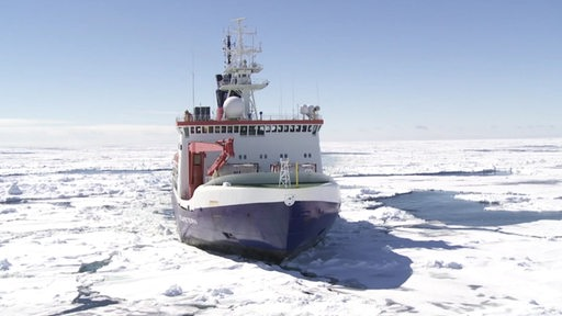 Das Forschungsschiff Polarstern in einer Eis- und Schneewüste
