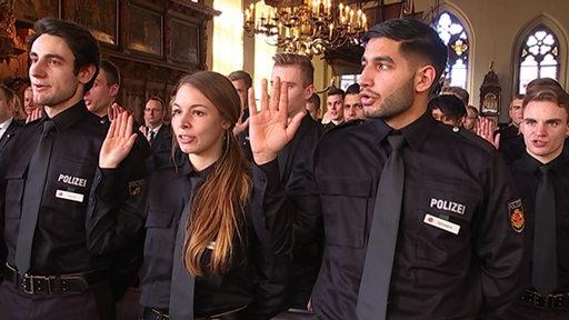 Neue Polizistinnen und Polizisten geben im Bremer Rathaus ihren Eid ab.