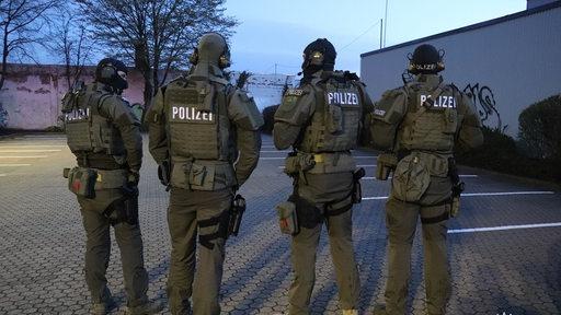 Bremer Polizisten bei einer Razzia gegen Clankriminalität