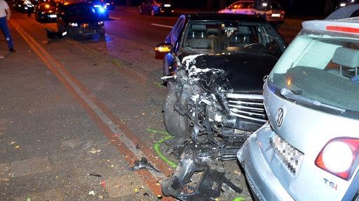 Ein Mercedes ist in Bremerhaven in ein parkendes Auto gekracht
