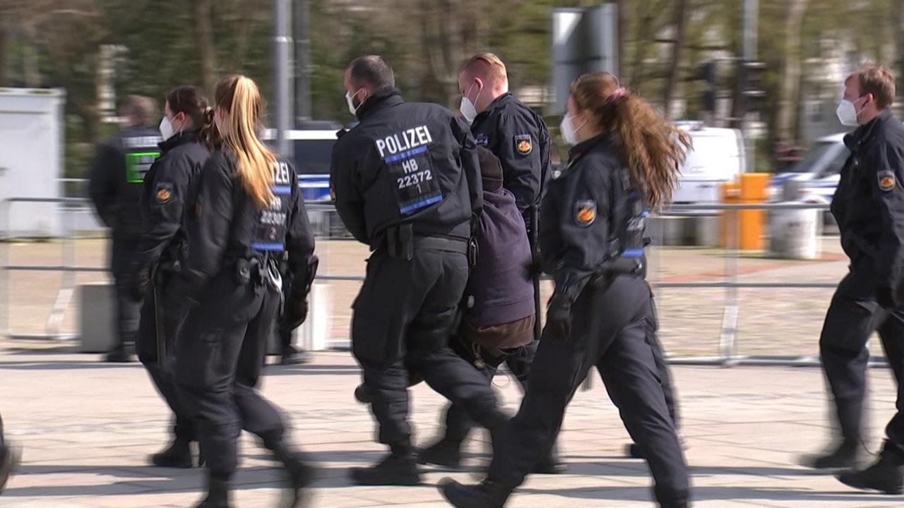 Rund-200-Menschen-bei-Querdenker-Demo-in-Bremen