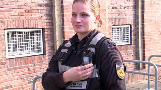 Eine Polizistin mit einer Bodycam.