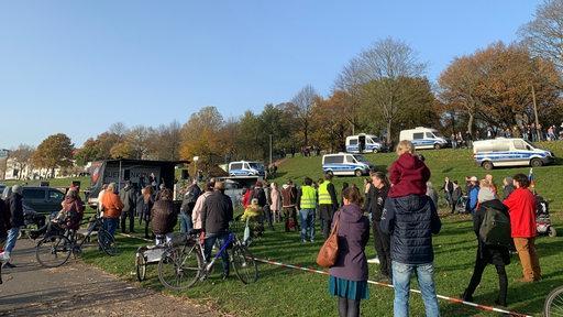 Teilnehmer der Querdenker-Demo am Osterdeich.
