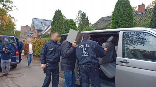 Bundespolizisten führen einen Verdächtigen ab