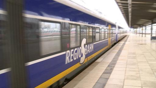 Zug der Nordwestbahn fährt am Bremer Hauptbahnhof ab