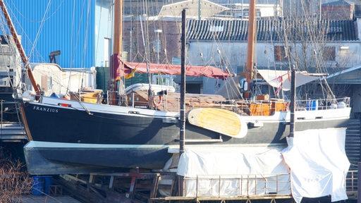 Ein Schiff liegt trocken zur Sanierung