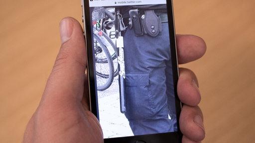 Eine Hand hält ein Smartphone, auf dem ein Bild zu sehen ist