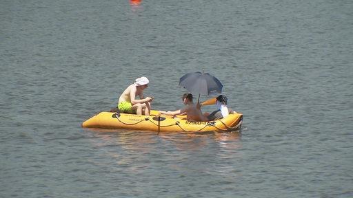 Gelbes Schlauchboot auf einem See.