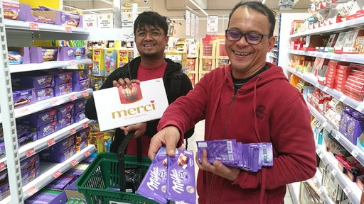 Zwei Seeleute kaufen in einem Bremerhavener Supermarkt Schokolade