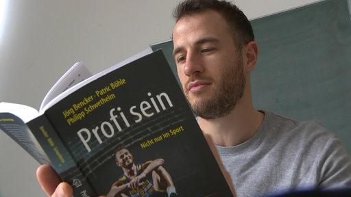 Philipp Schwethelm mit seinem Buch