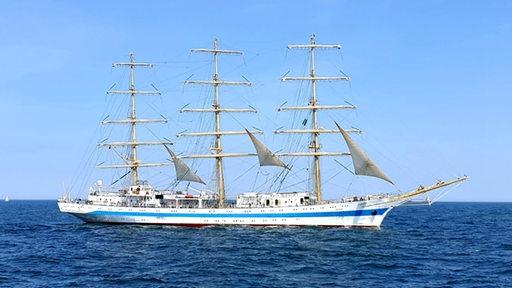 Der Dreimaster Mir fährt mit eingeholten Segeln auf dem Meer Richtung Bremerhaven
