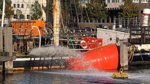 Im hohen Bogen pumpen Pumpen Wasser aus der Seute Deern | Radio Bremen/Dirk Bliedtner