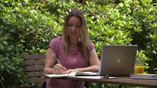 Nicole Kahrs an einem Tisch.