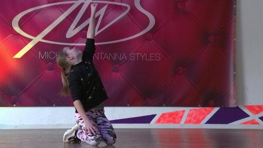 Mara Skrodolies die Meisterin im Videoclip Dancing bei einer Aufführung