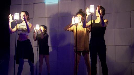 Vier Personen stehen während der Show