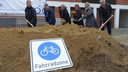 Erster Spatenstich beim Fahrradquartier in der Neustadt