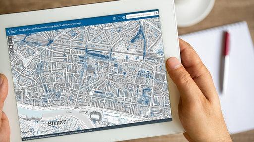 Starkregenkarte von Bremen auf einem Tablet