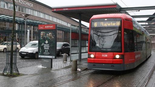Straßenbahn, Autos und Taxen vor dem Bremer Flughafen.