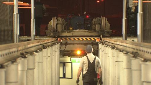 Ein Mechaniker in den Werkshallen der Bsag bei der Instandhaltung einer Straßenbahn