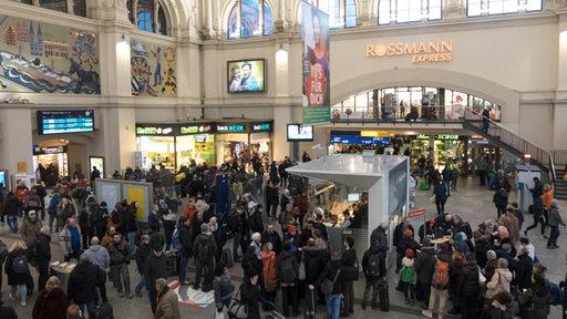 Die Bremer Bahnhofshalle ist voll mit wartenden Passagieren.