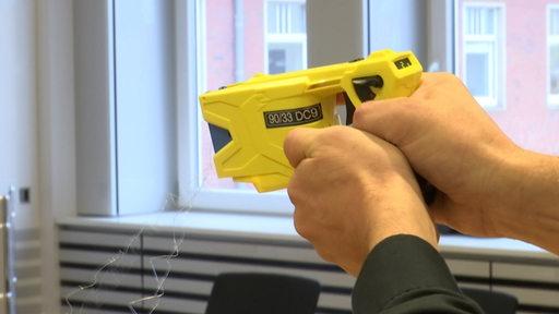 Ein gelber Polizei-Taser | Radio Bremen/