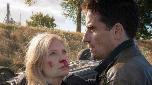 Inga Lürsen und Nils Stedefreund schauen sich nach einem Autounfall in die Augen.