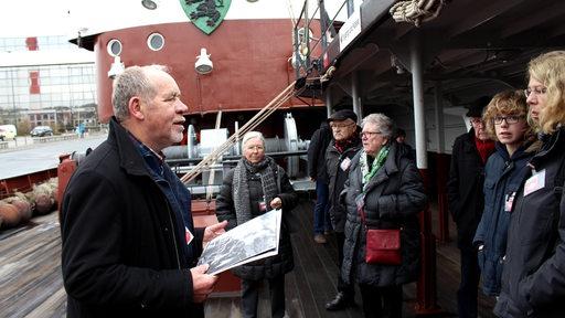 Ein Touristenführer auf einem Schiff