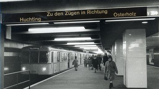 Fotomontage: Eine Bremer U-Bahn mit Ziel Huchting in einer U-Bahn-Station. Grundlage für diese Bildmontage ist ein Foto der Berliner U-Bahn aus den1960er Jahren.