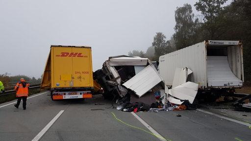 Die Schäden des Unfalls auf der Autobahn 1.