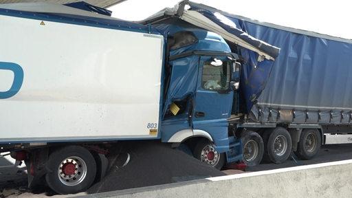 Ein Lkw ist auf ein Stauende aufgefahren und ist in einen anderen Lastwagen gekracht. | Nonstopnews/