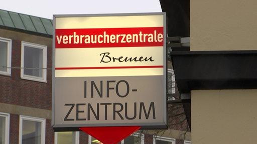 Ein beleuchtetes Schild der Verbraucherzentrale Bremen. Darunter die Aufschrift
