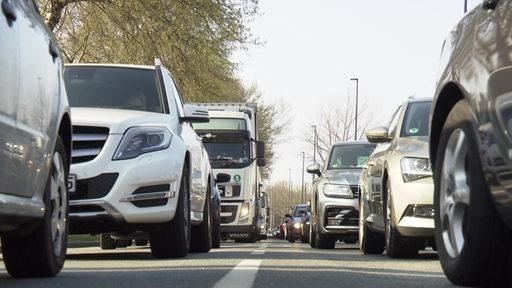 Eine Aufnahme mehrerer Autos, die im Stau stehen.