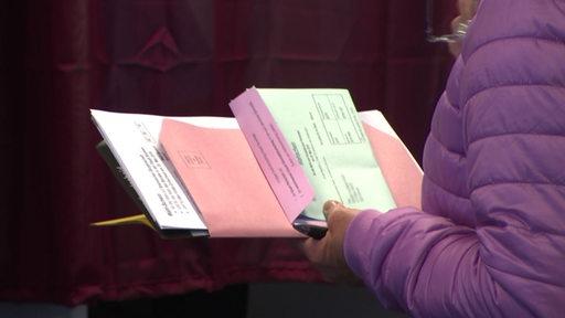 Eine Frau hält Wahlunterlagen in der Hand | Radio Bremen/