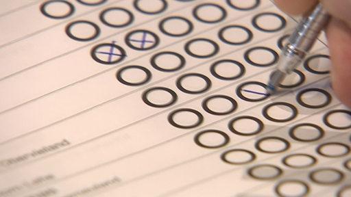 Wahlzettel mit Kreuzen