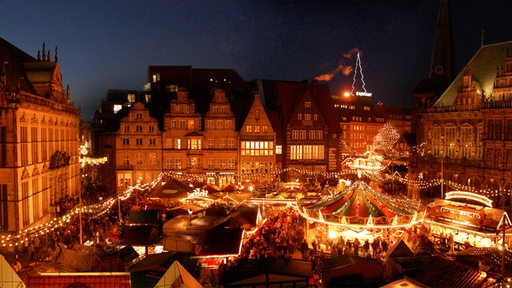 Beleuchteter Weihnachtsmarkt am Abend, von oben betrachtet