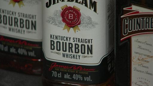 Eine Nahaufnahme einer Flasche Whiskey.