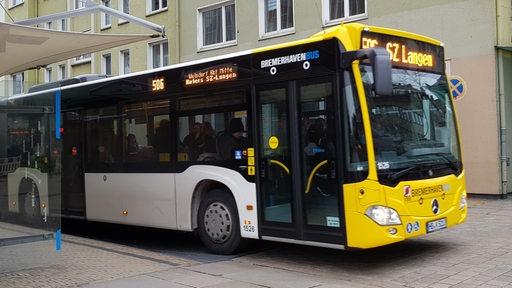 Ein Bus hält in der Innenstadt in Bremerhaven. | Radio Bremen/Sonja Klanke
